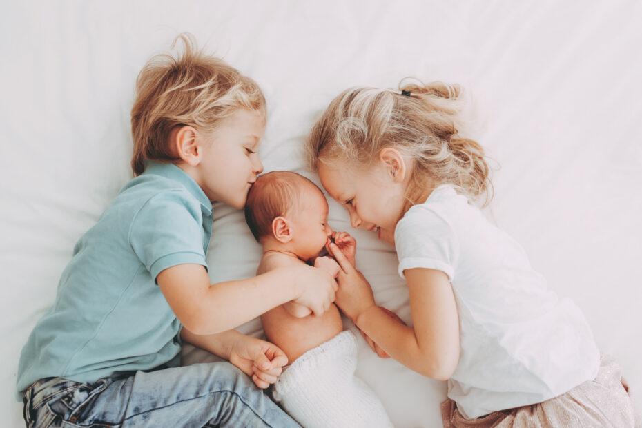 Geschwister mit Baby
